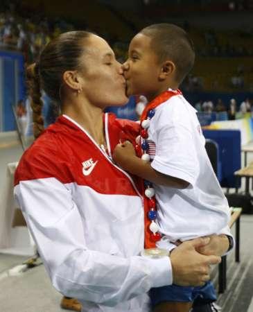 图文-[奥运]女排巴西3-1美国 美国队员亲吻孩子