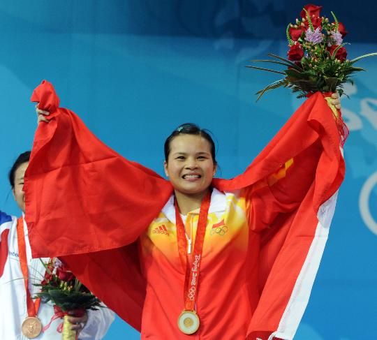 图文-陈燮霞夺北京奥运中国军团首金 向观众致意