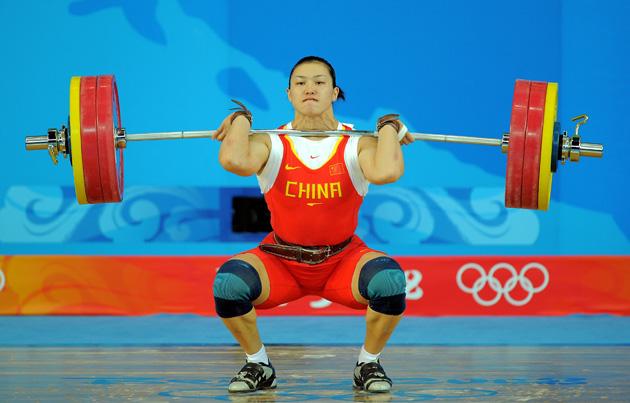 图文-[奥运]女子举重75公斤 曹磊奋力扛起杠铃