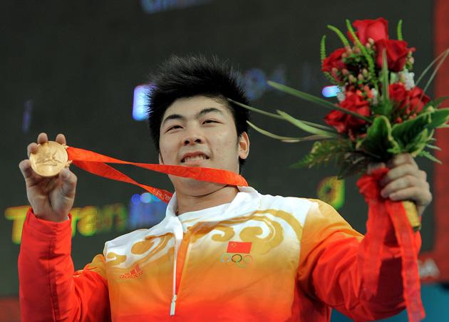图文-[奥运]男子举重85公斤级 陆永自豪的展示金牌