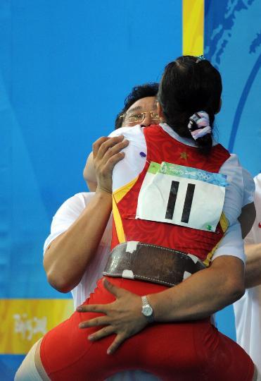 图文-08奥运会举重比赛集锦 陈燮霞与教练激情拥抱