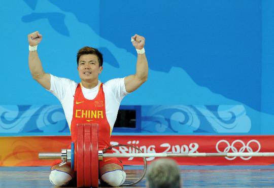 图文-08奥运会举重比赛集锦 兴奋地跪在地上