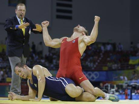 图文-奥运会自由式摔跤回顾 骑着对手高呼