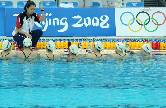 图文-日本花样游泳队进行训练 教练讲解技术要领