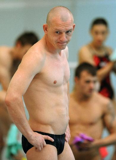 图文-各国跳水队训练 老将萨乌丁进行热身训练