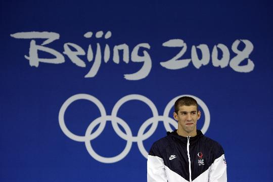 图文-菲尔普斯的第一枚北京金牌 等待金牌挂胸前