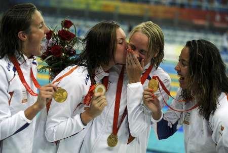 图文-女子4x100米自由泳接力 荷兰姑娘亲吻队友