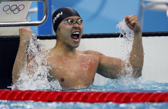 图文-北岛康介破100米蛙泳世界纪录 振臂欢呼