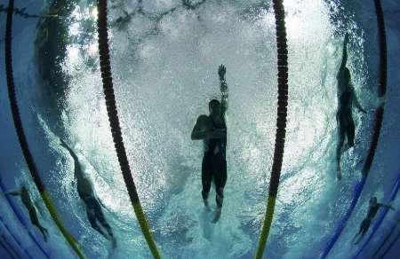 图文-美国获4x100自由泳接力冠军 菲尔普斯在水下