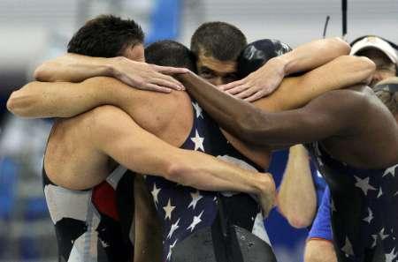 图文-美国获4x100自由泳接力冠军 团结美国小伙子