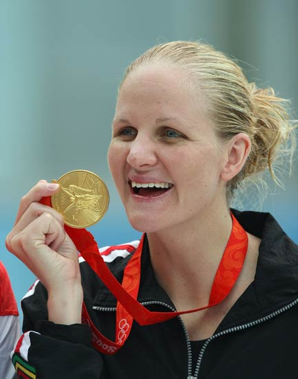 图文-女子200米仰泳决赛 考文垂开心展示奖牌