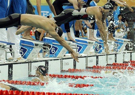 图文-男子4x100米混合泳接力 接力瞬间