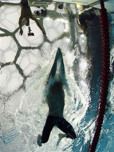图文-男子4x100米混合泳接力 菲尔普斯临近岸边