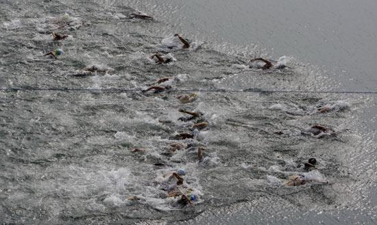 图文-女子10公里公开水域决赛 一池碧水争先恐后
