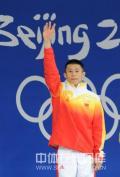 图文-男子10米跳台中国摘银 周吕鑫挥手致意