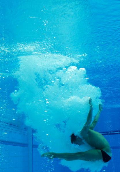 图文-北京奥运跳水赛经典瞬间 何冲水下姿势完美