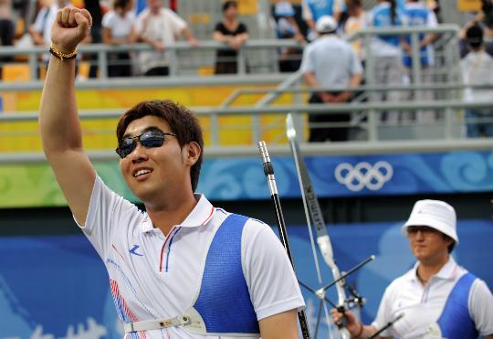 图文-韩国队获男团冠军 韩国选手林东贤庆祝胜利