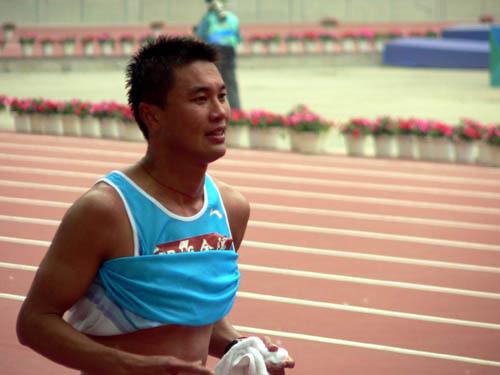 图文-司天峰获竞走挑战赛50公里金牌 已是满头大汗