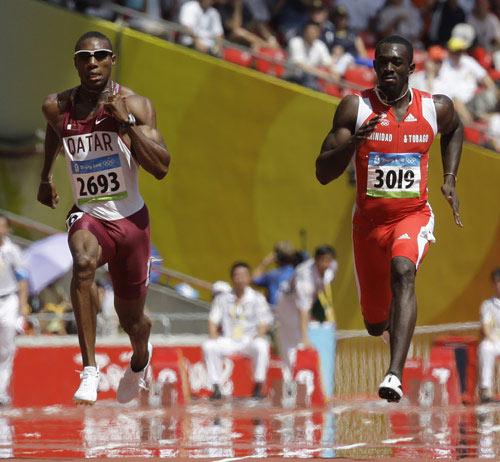 图文-15日田径赛场精彩瞬间 两名选手激烈竞速