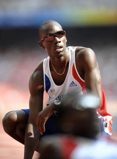 图文-奥运会男子400米预赛 德琼赛后看自己的成绩
