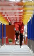 图文-刘翔出战110米栏预赛 罗伯斯在比赛中