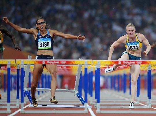 图文-奥运女子100米栏决赛赛况 琼斯失误瞬间