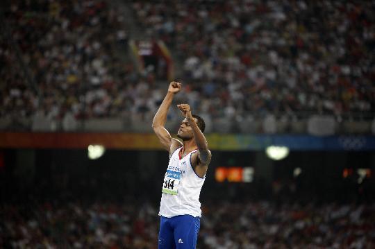 图文-男子跳高俄罗斯选手夺金 梅森在比赛后庆祝