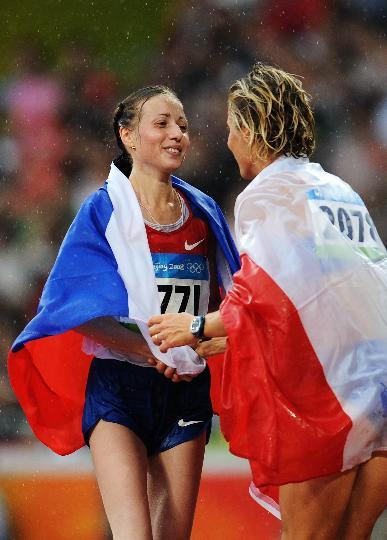 图文-田径女子20公里竞走决赛 卡尼斯金娜接受祝贺