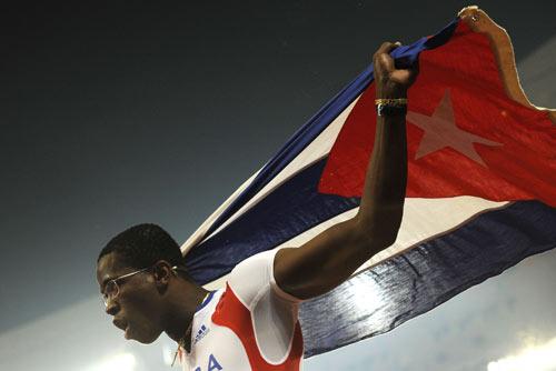 图文-田径男子110米栏决赛 罗伯斯享受喜悦