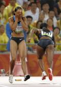 图文-田径女子4x100米预赛 爱德华兹掩面而泣