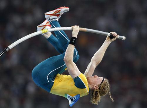 图文-田径男子撑杆跳决赛 金牌选手撑杆跃起