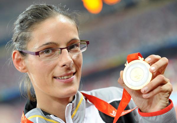 图文-[奥运]田径女子跳高 赫勒保特展示耀眼金牌