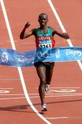 图文-男子马拉松肯尼亚选手夺金 冲时线完成加冕