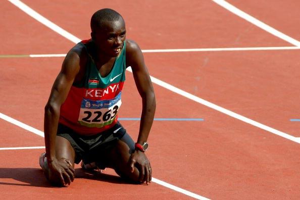 图文-男子马拉松肯尼亚选手夺金 累得跪倒在地
