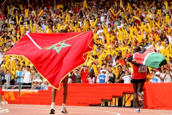 图文-男子马拉松肯尼亚选手夺金 接受观众的祝福