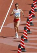 图文-男子马拉松肯尼亚选手夺金 瑞士选手跑进终点