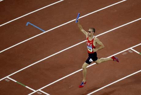 图文-奥运男子4X400米美国夺金 俯视选手冲刺