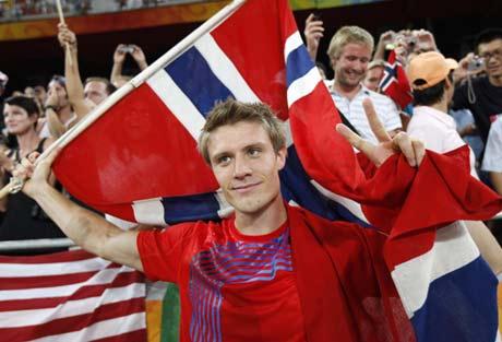 图文-奥运男子标枪挪威夺冠 展示祖国国旗