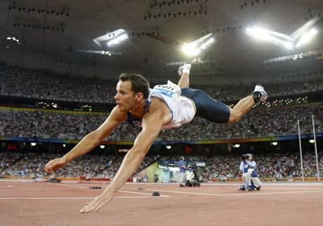 图文-奥运男子标枪挪威夺冠 选手奋不顾身
