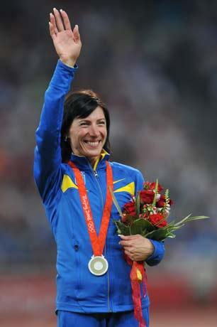 图文-[奥运]田径女子1500米决赛 向观众挥手致意