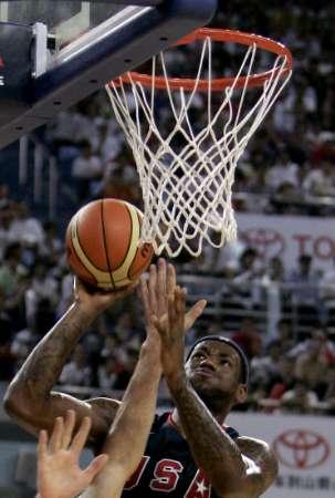 图文-美国男篮87-76击败了澳大利亚 詹姆斯上篮