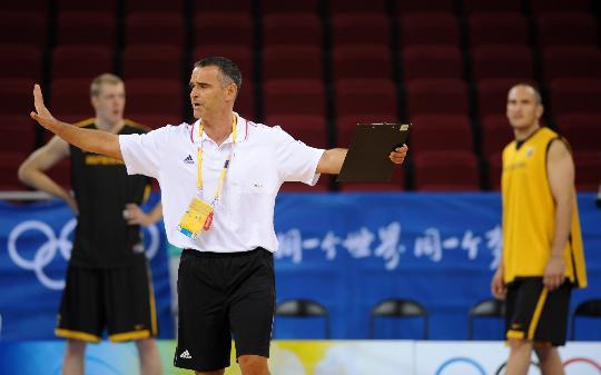 图文-德国男篮进行赛前训练 教练指导全队训练