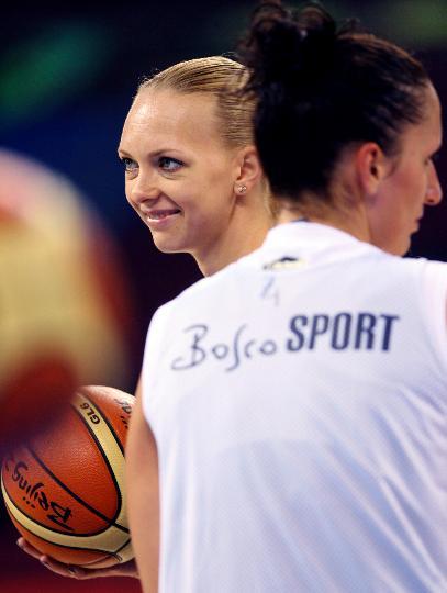 图文-俄罗斯女篮进行赛前训练 时尚美女奥西波娃