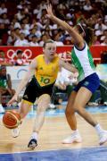 图文-奥运会11日女篮小组赛赛况 带球突破被防