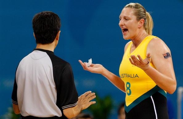 图文-奥运会11日女篮小组赛赛况 向裁判员抱怨