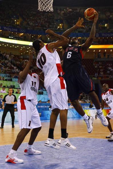 图文-安哥拉76-97美国男篮 詹姆斯成推土机