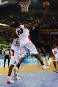 图文-安哥拉76-97美国男篮 詹姆斯力压对手上篮