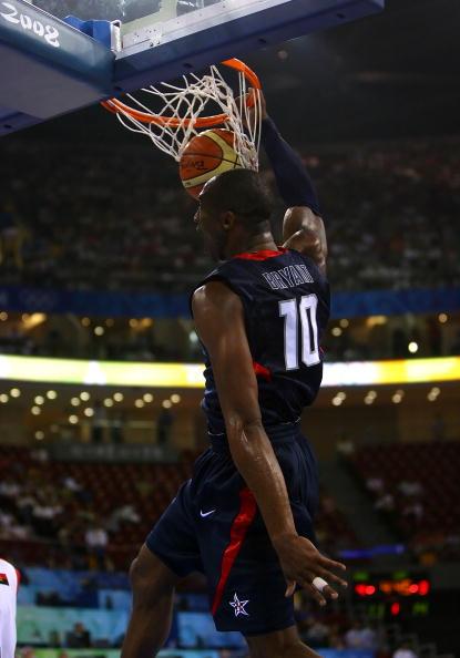 图文-安哥拉76-97美国男篮 科比灌篮全场轰动