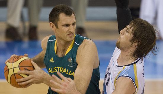 图文-阿根廷85-68澳大利亚男篮 诺西奥尼防守