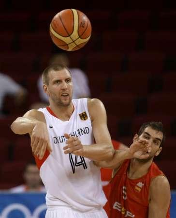 图文-西班牙男篮VS德国男篮 诺维斯基外线传球